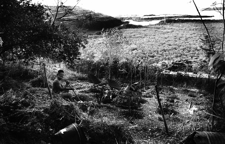 Communier avec la terre - Un cultivateur assis dans son champ, au squat de Kowékara.
