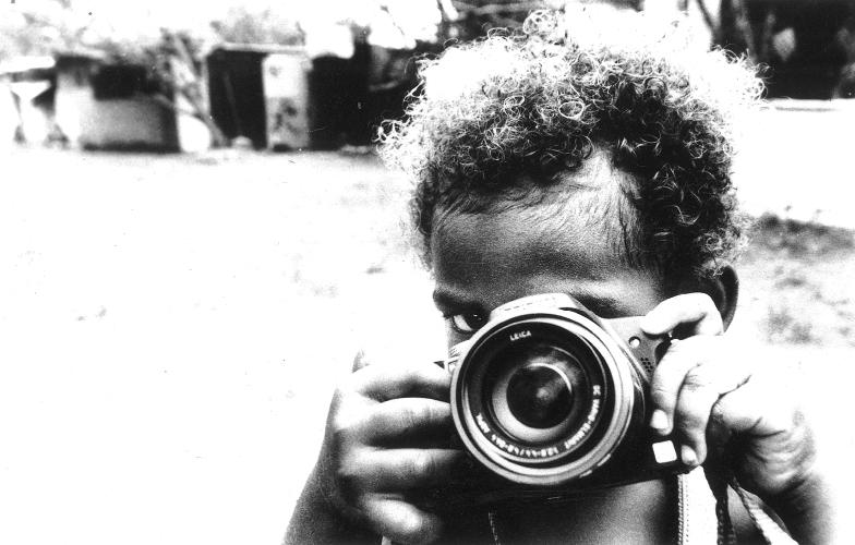 Mon oeil - Lors d'une après midi de jeu avec des enfants du squat de Yelos, Wilson, 3 ans, a chipé l'appareil de mon amie Laurence et m'imite en train de prendre des photos.