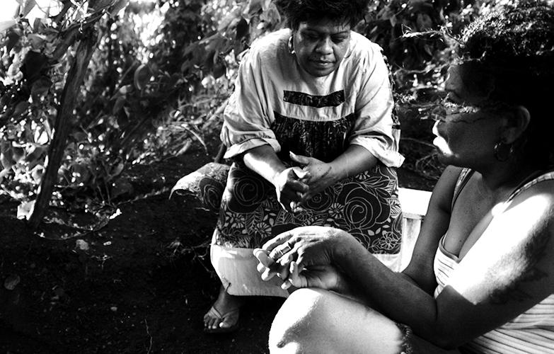 Amitié - Victoria (à droite) et Anna sont amies depuis longtemps. Victoria Bolo est la présidente de l'association du squat de Sakamoto depuis deux ans. L'asso organise des bingos le samedi et des journées à la maison commune.