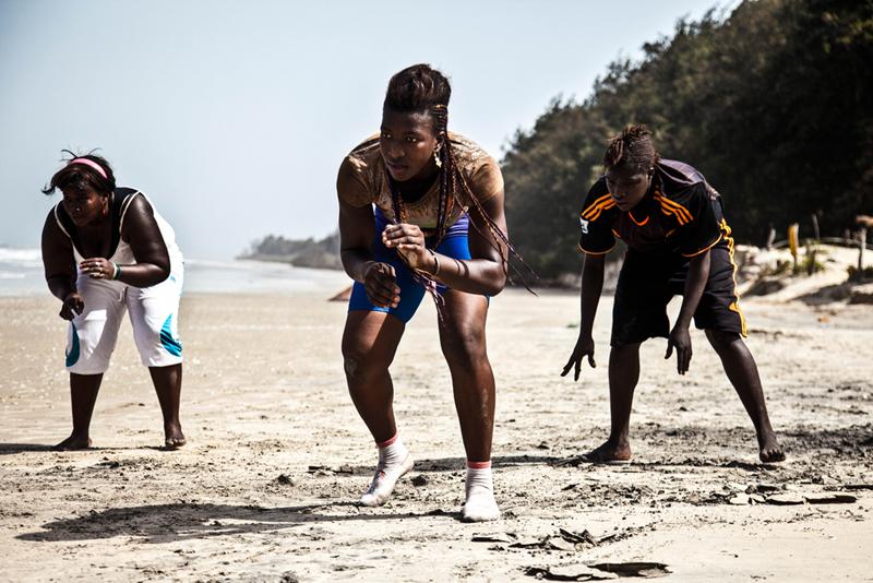 Aïssatou Diba, 20 ans, Sirefina Diediou, 19 ans, (au centre) et Aminata Diatta, 16 ans, s'entraînent sur une plage du village de Diembering, en basse Casamance. Une tradition de lutte féminine très ancienne existe en Casamance.