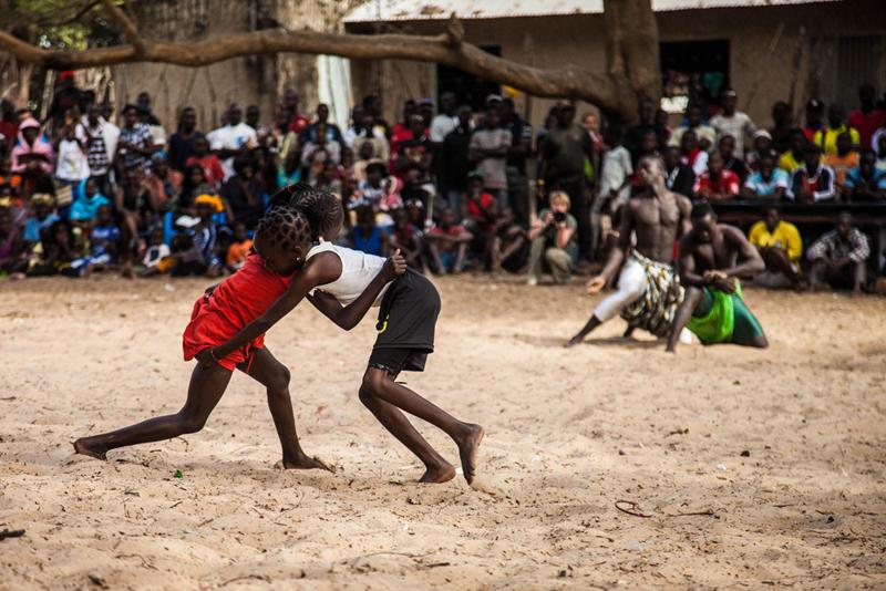 Léna, 5 ans, et Angèle 7 ans, partagent l'arène avec des lutteurs poids lourds. Lors du festival, tout le monde est invité à entrer dans l'arène.
