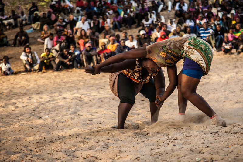 Un combat entre Sirefina and Aissatou, toutes deux en catégorie poids lourds. Sirefina (à droite) se prépare pour les prochains championnats d'Afrique.