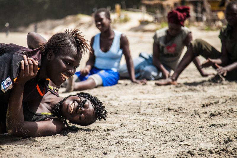 Aminata et Angèle, 16 ans, poids légers, finissent un combat.
