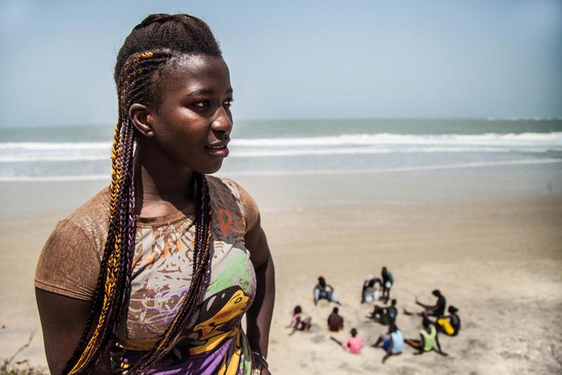 """A l'école primaire, Sirefina Diediou luttait avec les garçons dans la cour de récréation. Il a fallu beaucoup d'énergie et de patience pour convaincre sa mère de la laisser vivre sa passion. Aujourd'hui la famille de Sirefina l'encourage dans sa carrière d'athlète, mais certaines de ses amies continuent de lui dire qu' elle va """"faire fuir les garçons si elle continue à s'entrainer comme ça"""". Sire s'en moque. """"J'adore la lutte, j'adore le sport, et j'ai un objectif."""""""