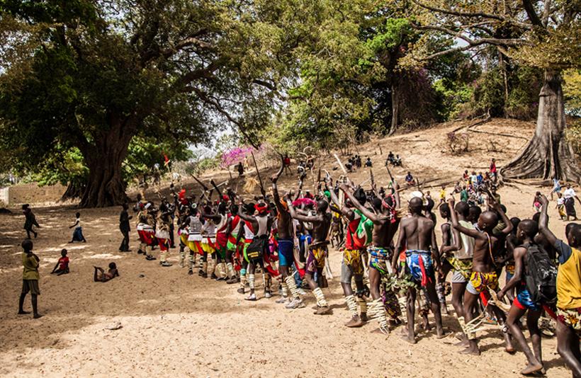 Au festival des Rizières, les lutteurs ouvrent le tournoi avec des danses traditionnelles.