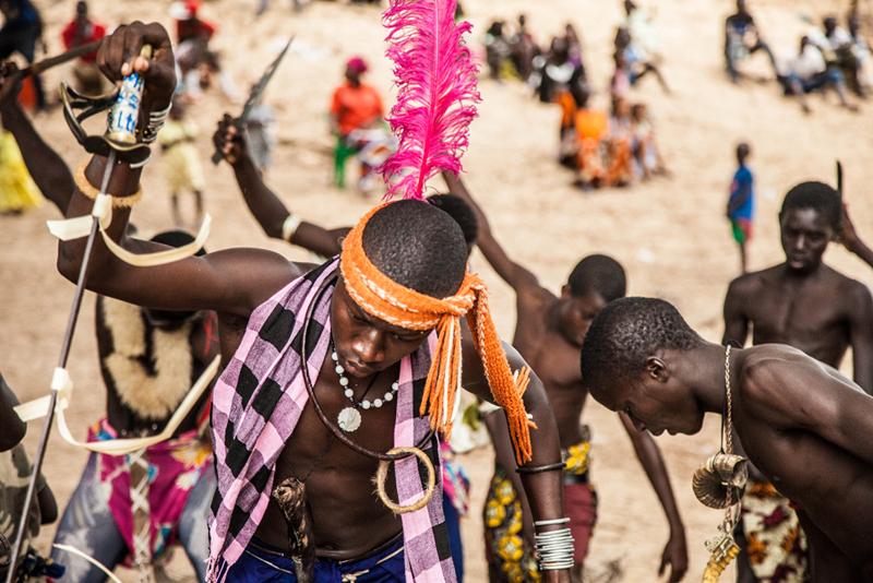 Ces danses traditionnelles doivent montrer la force et la détermination des lutteurs. Ces guerriers plantent leur lance dans le sol en chantant. Les femmes ne prennent pas part à cette danse.
