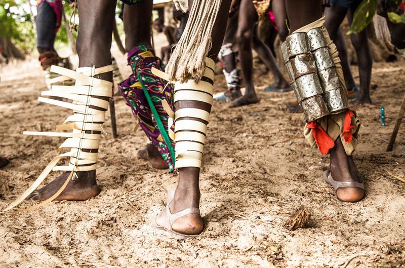 Chaque partie du costume a une signification, la couleur du pagne ou les bracelets aux poignets. La lutte masculine, en Casamance comme dans d'autres parties du Sénégal, porte aussi une part de mysticisme. Cette dimension est beaucoup moins forte dans la lutte féminine.