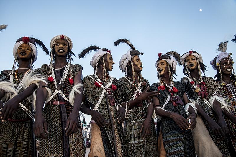 Les Peuls de la communaute woodabe viennent avec leur concours de beauté masculine.