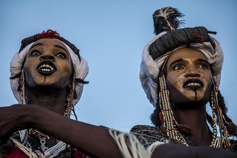 Danse des peuls Bororos. Au cours de cette danse est un rite de seduction où les danseurs écarquillent les yeux et montrent la blancheur de leurs dents.