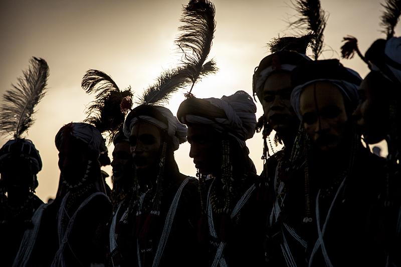 Traditionnellement, cette danse fait partie d'un rite - le Guéréwol- où les jeunes hommes tentent de trouver une épouse. Ici, cette version plus folklorique est destinée à séduire un jury et gagner  un prix.