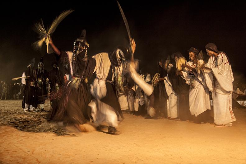 Danse, chants ou concours de poésie continuent d'attirer les foules jusque tard dans la nuit. La Cure salée des hauts dignitaires et des grands discours ne dure que trois jours, mais les éleveurs campent sur le site bien au delà.
