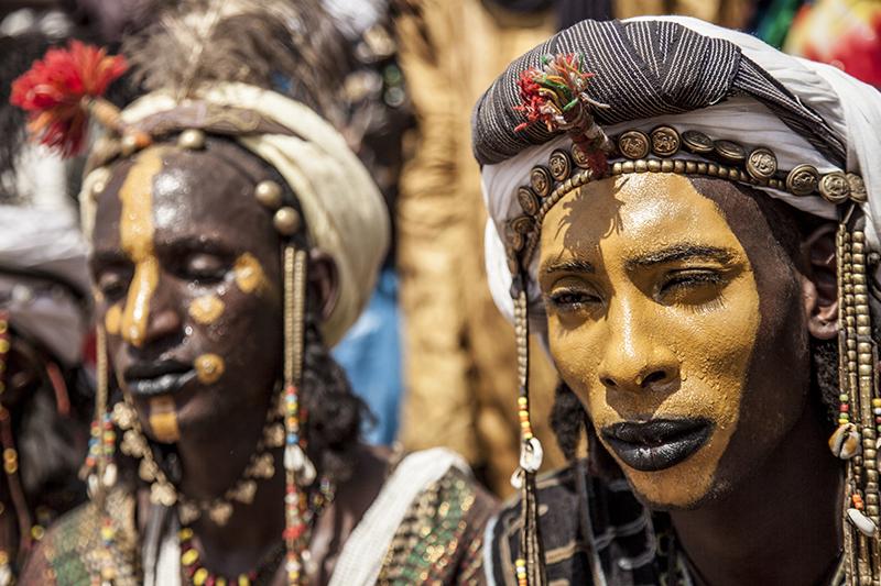 Des danseurs peuls bororos attendent sous le soleil le début des festivités.