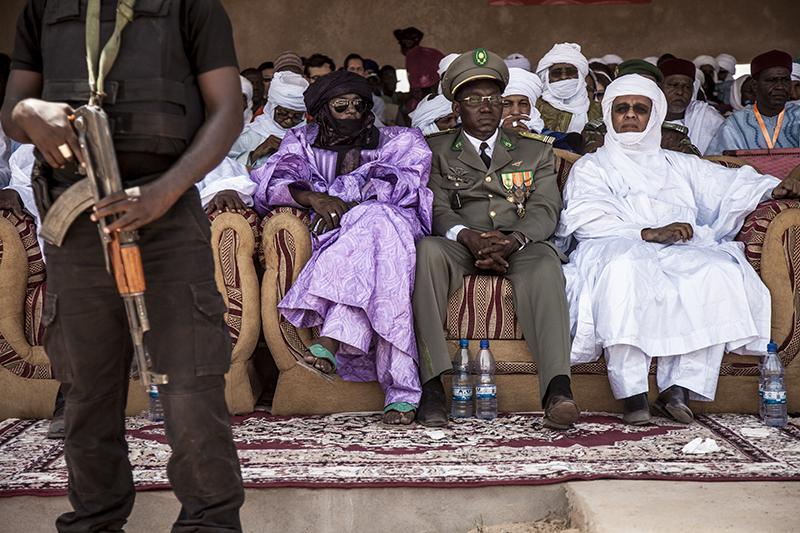 """Assis dans la tribune couverte, les officiels, notables, ou membres du gouvernement. Depuis quelques années, l'Etat sponsorise l'événement. Dans un pays de forte tradition pastorale, c'est aussi """"le lieu pour connaître les préoccupations des éleveurs"""", dit le Premier ministre Brigi Rafini (à droite en blanc)."""