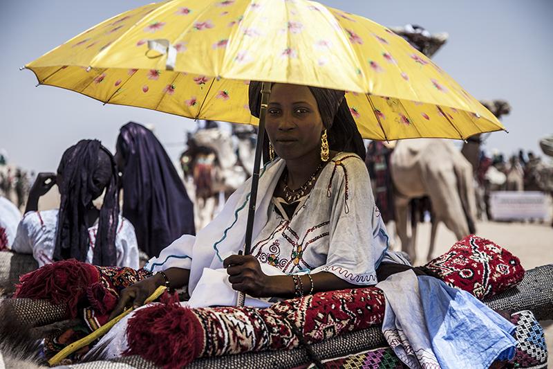 Khadija est fière de participer à la parade et de représenter la culture touareg.