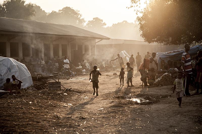 En quelques semaines, la mission catholique de Bossangoa, à environ 400 km de la capitale centrafricaine, est devenue un immense camp de déplacés.