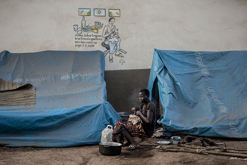 Nina et sa fille Melvina ont fui leur maison il y a plusieurs semaines. Depuis, elles dorment et vivent ici, sous une bâche, à l'entrée de la mission catholique de Bossangoa.