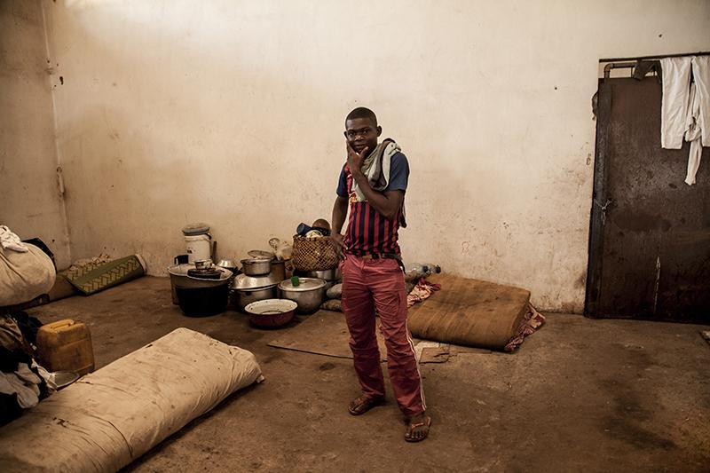 """""""Tout cela, ce n'est rien. Quand tout sera fini, je veux reprendre mes études, pour ne pas perdre ma vie. Mais d'abord je veux venger mon frère."""" Vianney Beorofeï, 20 ans, a fui sa maison. Son frère, membre de l'armée sous l'ancien régime, a été tué par des combattants Seleka."""