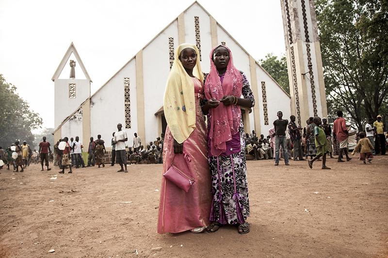 Malgré les violences, des liens persistent entre communautés chrétienne et musulmane.  Ces jeunes filles vivent à l'école Liberté, le site alloué aux déplacés musulmans à Bossangoa. Elles sont venues rendre visite à des amis chrétiens de la mission.