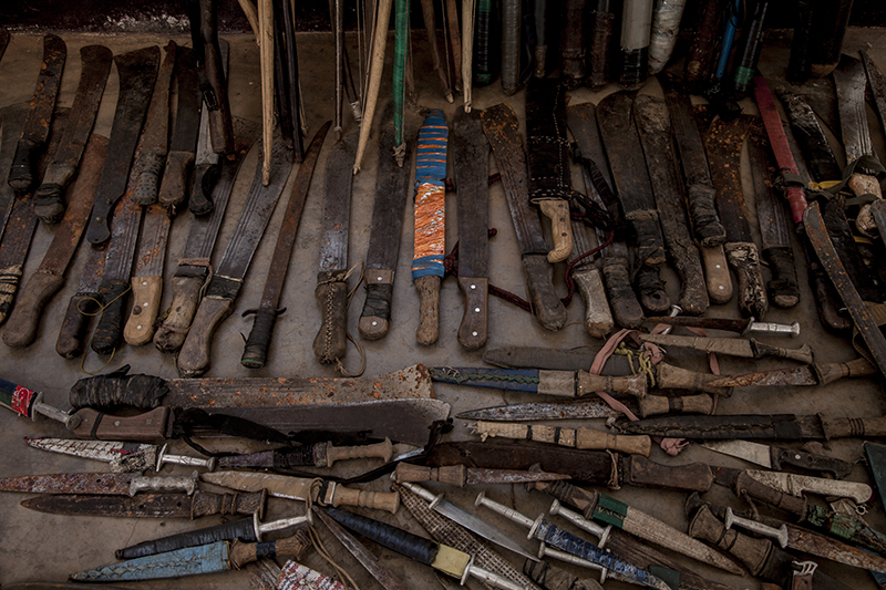 Des armes trouvées dans l'enceinte de la mission ont été confisquées par les troupes de la FOMAC, une force africaine qui tente en vain de contenir la violence dans le pays.
