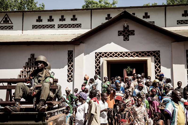Il n'y a pas de police ni de gendarmerie. La FOMAC tente de prévenir de nouvelles violences, mais ses troupes sont trop peu nombreuses et doivent coopérer tant bien que mal avec les ex-rebelles de la Seleka, aussi censés assurer la sécurité.