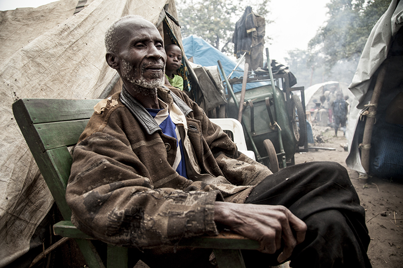 """André Namkoïse vivait en centre ville, au quartier Sembe, il y a encore quelques semaines. """"On ne dort pas. Il y a des fusils et des machettes partout. Je suis d'abord allé dans la brousse pendant dix jours, et puis je suis venu ici. Mais ici on ne peut pas sortir. On ne peut pas aller aux champs. On est bloqués."""""""