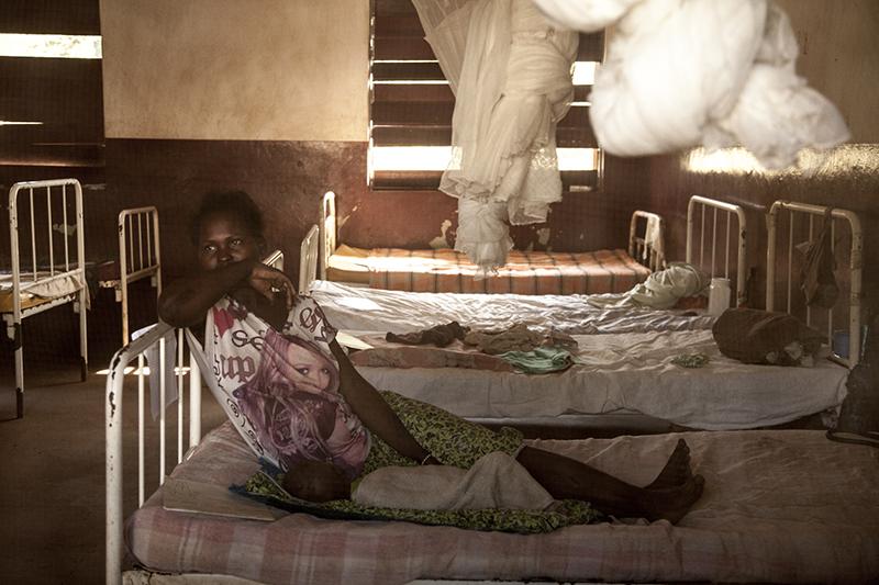 Tout près de la mission, Médecins sans frontière tient un petit hôpital d'une soixantaine de lits. Les médecins tentent de lutter contre la malaria, la malnutrition, et les maladies liées aux mauvaises conditions sanitaires dans lesquelles vivent les déplacés.  Le mois dernier il y a aussi eu beaucoup de patients blessés par balle ou arme blanche.