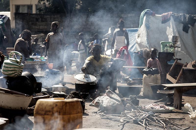 A la mission, chacun tente de cuisiner ce qu'il peut, malgré un criant manque d'eau sur le site. Ce camp de déplacés a des airs de communauté assiégée. Quand les hommes sortent, ils peuvent être battus ou tués par les forces de la Seleka, si ils sont accusés de faire partie des miliciens anti-balaka.