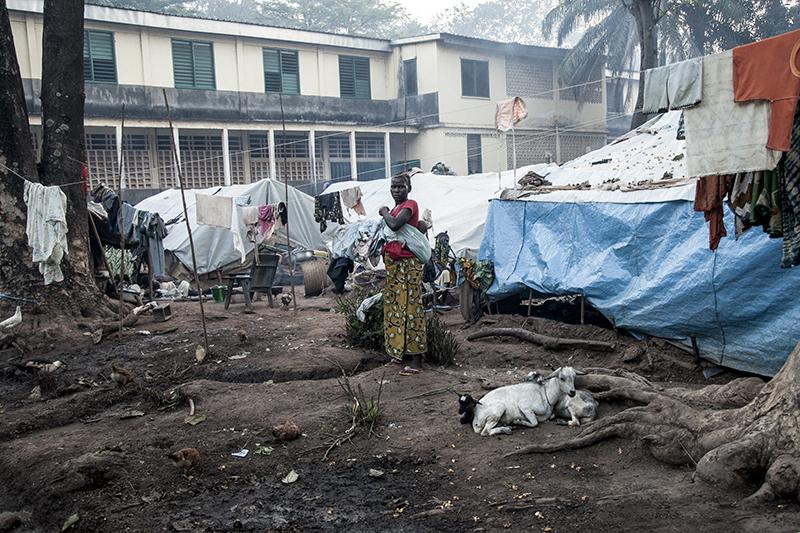 """Rita Semia est arrivée depuis un mois avec son mari et ses deux enfants. """"Je ne retourne pas chez moi, parce que j'ai peur que la Seleka me tue si je vais là-bas. Ici, on a besoin de nourriture, de couvertures, bâches, de médicaments, et de moustiquaires""""."""