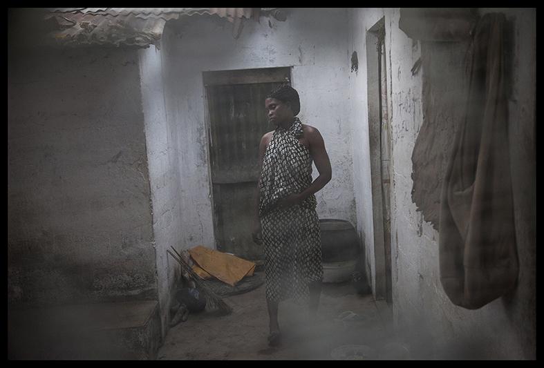 """Geneviève Boko vient de sortir de sept jours de retraite. C'est ainsi qu'elle s'est préparée à la """"cérémonie de sortie"""" de sa fille, Marina. """"C'est quelque chose de très important pour moi parce que ça fait partie de nos traditions."""" Geneviève porte les cicatrices identitaires des Houédas. """"Je suis contente que ce jour soit arrivé et qu'on le fasse aussi à mes enfants."""""""