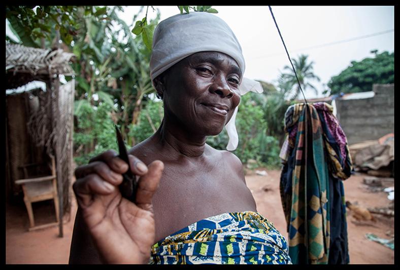 """Gamba Dahoui est très fière de sa fonction. C'est toujours la même lame, chargée d'une dimension mystique, qui est utilisée pour la scarification. """"Je ne la fais pas bouillir, je la nettoie seulement avec de l'huile rouge. """" Depuis des années les institutions sanitaires du pays font de la sensibilisation pour que les"""