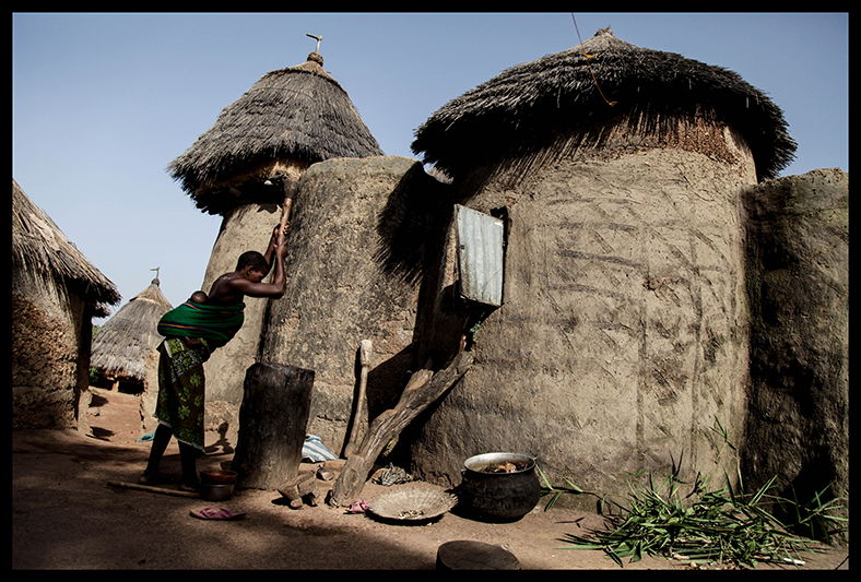 Edith Nkia fait partie de l'ethnie Otamari, et vit dans le village de Kwaba, dans le Nord du Bénin. Le peuple Bétamaribé est connu pour ses scarifications faciales très fines et très nombreuses, mais aussi pour ses maisons caractéristiques appelée