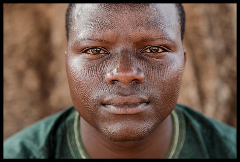 Télesphore Sékou Nassikou est chef des programmes d'une radio locale dans la ville de Natitingou, dans le Nord du Bénin. Il est fier de ses scarifications, défend cette pratique, et ne veut pas entendre parler