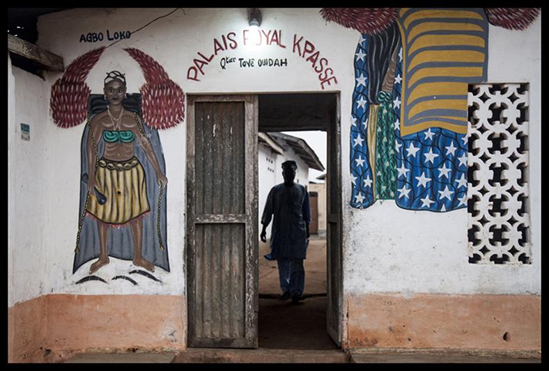 """Devant le palais du roi Kpassé, un des plus illustres ancêtres de la lignée, les rites commencent le matin en présence du """"Premier ministre"""" de la communauté, qui porte le titre de """"Dabgo Vigan Toyi"""". """"C'est carrément notre baptème traditionnel,"""" explique le sexagénaire. Selon lui, le Dangbe, """"c'est l'esprit, la force spirituelle qui protège. Donc on amène l'enfant à cette force-là, et c'est une manière de le confier au Dieu de la famille""""."""