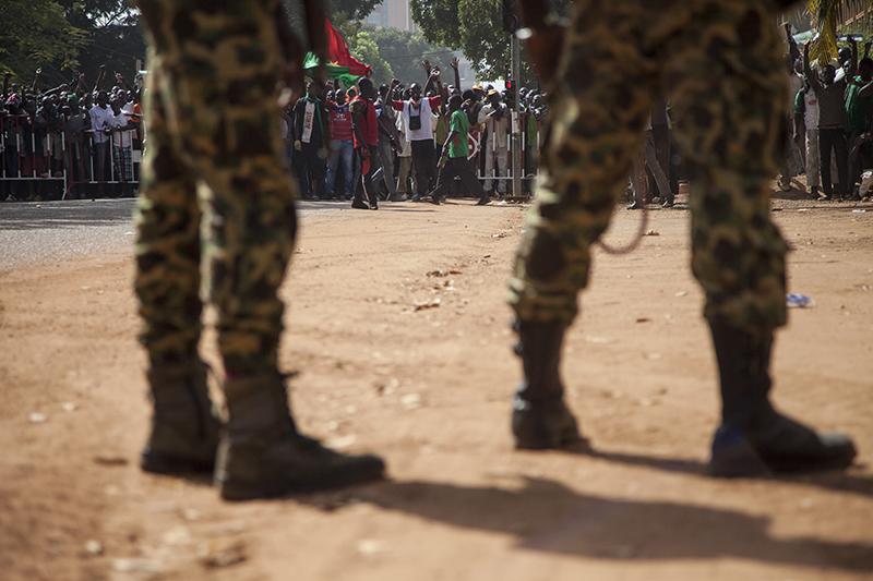 La police et l'armée ont tenté d'empêcher les manifestants d'avancer vers le parlement.