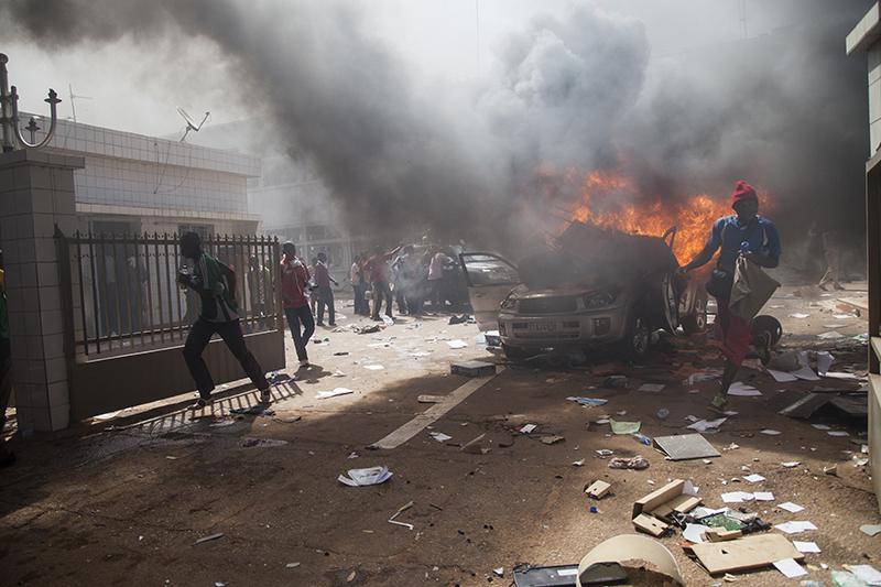 Mais c'était déjà trop tard. Après que des coups de feu ont été entendus et que les députés ont pris la fuite, la foule est entrée dans l'enceinte du parlement. Les véhicules garés devant ont été brulés.