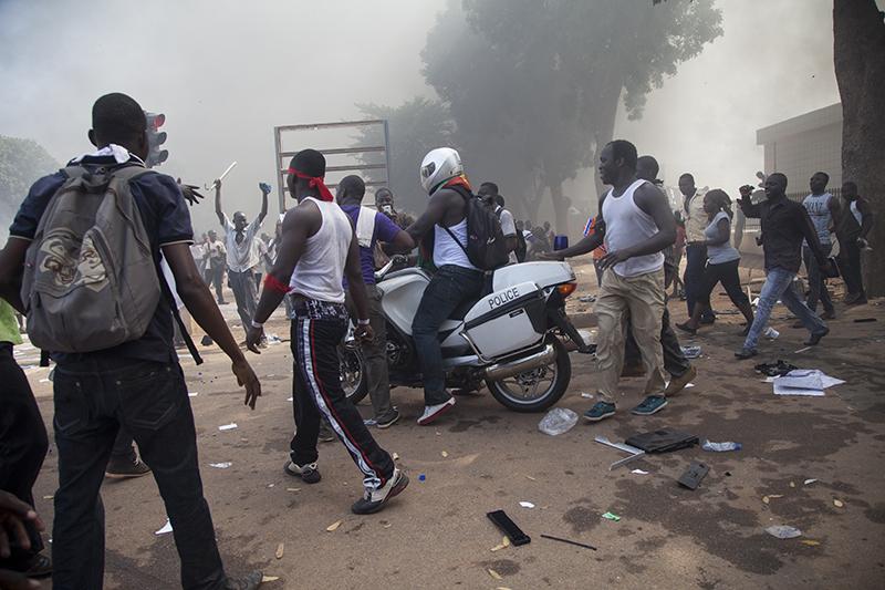 Dans la confusion générale, des véhicules de police ont été volés, le bâtiment pillé et incendié.