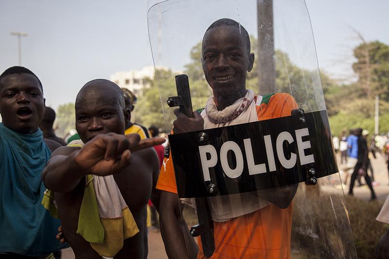 A ce moment-là, les forces de l'ordre avaient quitté les lieux. Certains jeunes s'amusaient avec des équipements anti-émeutes abandonnés par la police.