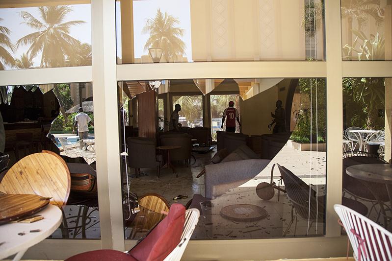 Tout près du parlement, un hôtel qui avaient hébergé des députés présumément complices du pouvoir a été attaqué. Les vitrines des boutiques adjacentes ont été brisées et pillées.