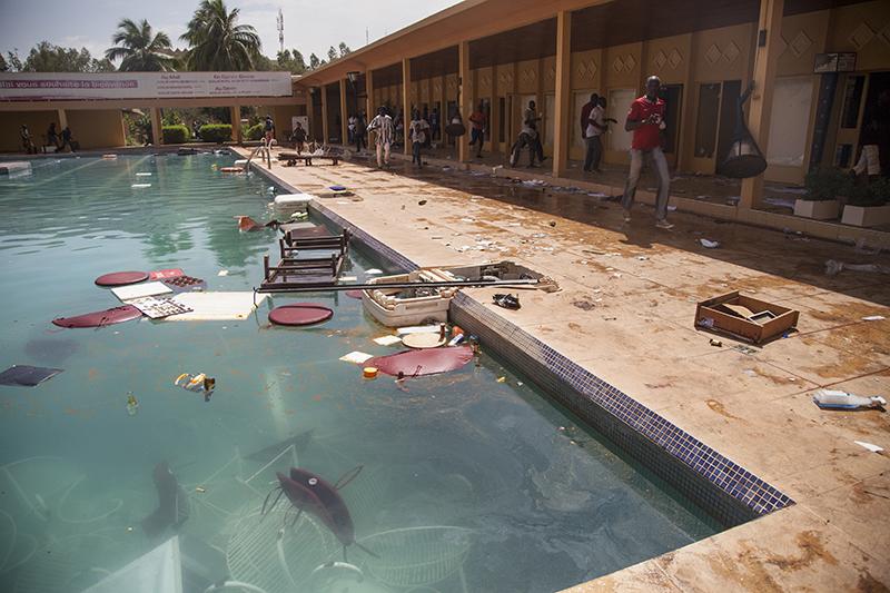 Les chambres, le bar, la salle de restaurant, tout a été saccagé et détruit. Certains meubles de jardin ont  atterri dans la piscine.