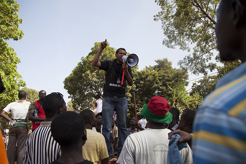 Des leaders du mouvement Balai Citoyen, comme ici le chanteur Smockey, ont encouragé les manifestants à rester calmes et disciplinés et à faire usage de la désobéissance civile plutôt que la violence face aux forces de l'ordre.