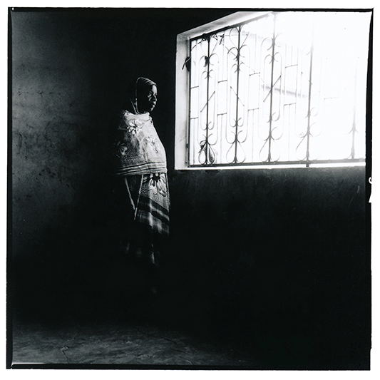 Ndeye Ba est la présidente de l'association des épouses d'émigrés de Louga, au Sénégal. L'association existe depuis 4 ans et regroupe une quarantaine de femmes. Son mari, chauffeur mécanicien, est parti pour l'Europe trouver un meilleur travail. C'était il y a plus de 15 ans. / Ndeye Ba is the president of the association of migrants' wives in Louga, Senegal. Her husband was a mechanic in Louga, until he left for Europe to find a better job. That was more than 15 years ago. She has not heard of him since.