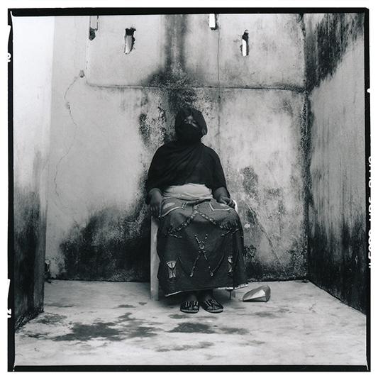 Quand Fatou (pseudonyme) a rencontré son mari en 2007, ce fut le coup de foudre. Mais elle a toujours rêvé de pqrtir en Europe, donc même s'ils s'aiment, elle l'encourage à partir. En 2012, il franchit le pas. Au début, il revient tous les 6 mois, mais faute de moyen, ça fait un an qu'il n a pas pu rentrer à Abidjan. Grâce au smart phone qu'il lui a offert, ils se parlent presque chaque jour. Elle a une formation dans le milieu medico-social et ils se sont promis de construire un avenir ensemble./ When Fatou (pseudonym) met her husband in 2007, it was love at first sight. But this love could not compete with her dream of going to Europe. So she encouraged her husband to migrate. He has not been able to come back to Abidjan for a year, for lack of means. But she believes in him, and they both seem committed to building a life together in Europe.