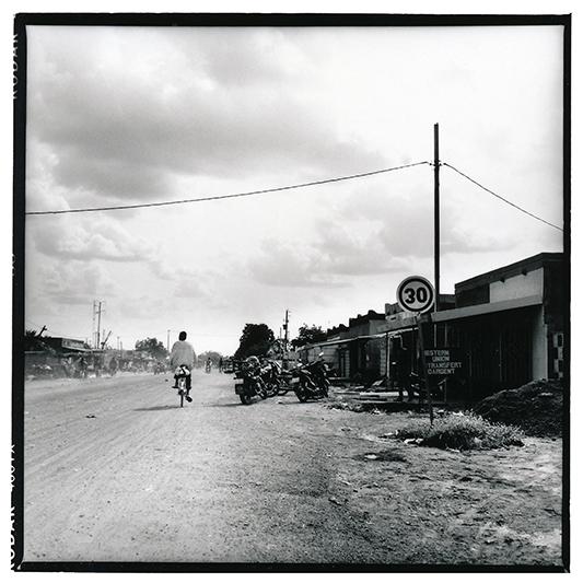A Béguédo, presque pas de routes goudronnées, pas de centre commercial, pas de cinéma, et un cyber café tout récent. Par contre, près d'une demi douzaine d'établissement bancaires ou de transfert d'argent existent dans la ville. Selon le sociologue Mahamadou Zongo,