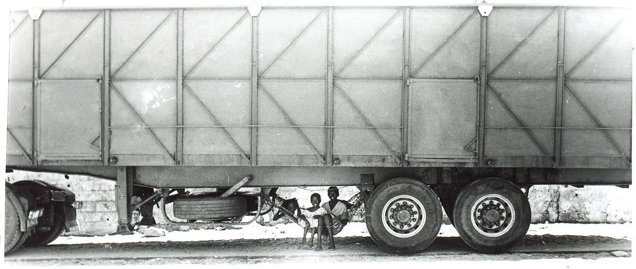 Le bonheur sous un camion. Thiaroye-sur-mer, Sénégal. 2010.