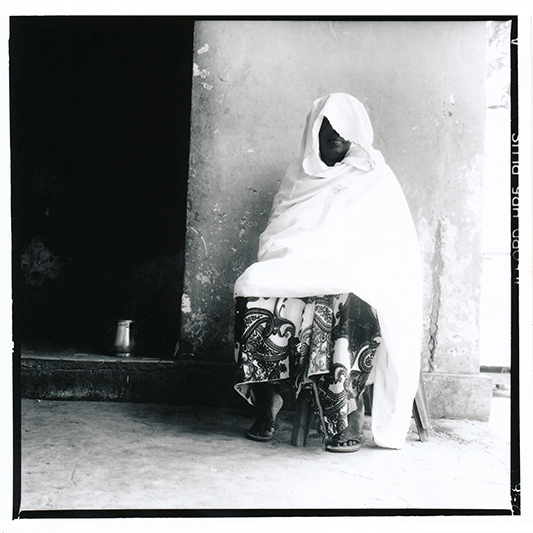 Le mari de Ndeye Fatou (pseudonyme), 50 ans, était déja un modou-modou avant leur mariage. Ingénieur en bâtiment, il a beaucoup bougé, au Maroc, en Côte d'Ivoire, au Burkina Faso, en Italie.  Au début, il revenait très souvent, et envoyait beaucoup d'argent. Et puis au bout de quelques années, il s'est remarié.  Ndeye Fatou a bataillé pour obtenir le divorce, qu'elle a finalement obtenu après presque 30 ans de mariage. / Ndeye Fatou's (pseudonym) husband was already a Modou-modou when the two got married. He travelled to Morroco, Ivory Coast, Italy.  He never took her with him, and never discussed family reunification. When he took a second wife, she battled to get a divorce. She finally got it after almost 30 years of marriage.