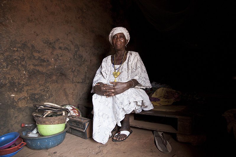Omolasho Ibitoku, 'Iyalode' d'Ofia. Désignée par le roi il y a plus de 15 ans, cette représentante des femmes assume la plus haute fonction féminine dans un royaume Yoruba. Elle salue le fait que la place des femmes soit aujourd'hui plus importante dans l'organisation des rites Guèlèdè. Ofia, Bénin, 2017. ©Laeïla Adjovi