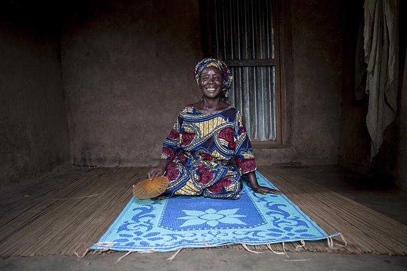 Thérèse Ibitokou, 'Atchodju' d'Ofia. La sexagénaire, chargée de relayer toute information concernant les femmes dans le village, a constaté que leur plus grande implication dans le Guèlèdè a permis le développement de cette pratique culturelle et cultuelle. Ofia, Bénin, 2017. ©Laeïla Adjovi