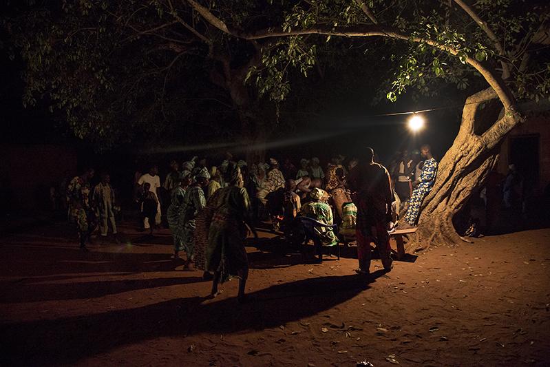 La partie la plus sacrée des rites Guèlèdè se tient la nuit. Ofia, Bénin, 2017. ©Laeïla Adjovi