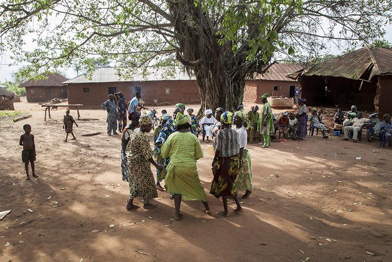 Lors d'une manifestation diurne de Guèlèdè à Ofia, des femmes forment une ronde de danse. Elles sont de plus en plus impliquées dans l'organisation des spectacles et rites Guèlèdè. Ofia, Bénin, 2017. ©Laeïla Adjovi