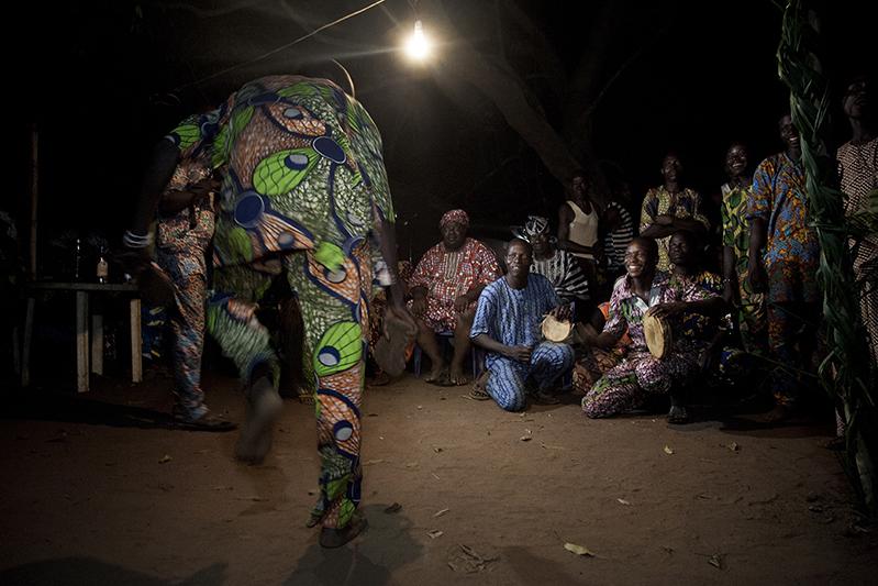 Chants et danses nocturnes avant la sortie du masque Efe. Ofia, Bénin, 2017. ©Laeïla Adjovi